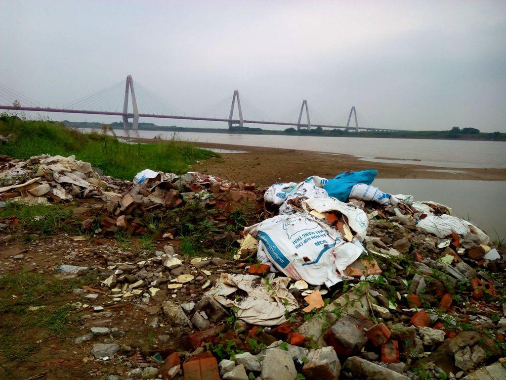 Một bãi đổ thải mới xuất hiện nằm gần khu vực cầu Nhật Tân