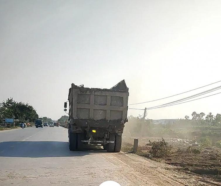 """Xe ô tô đổ trộm bùn thải đều ra, vào từ khu dự án của """"thành phố xanh Ecopark"""""""