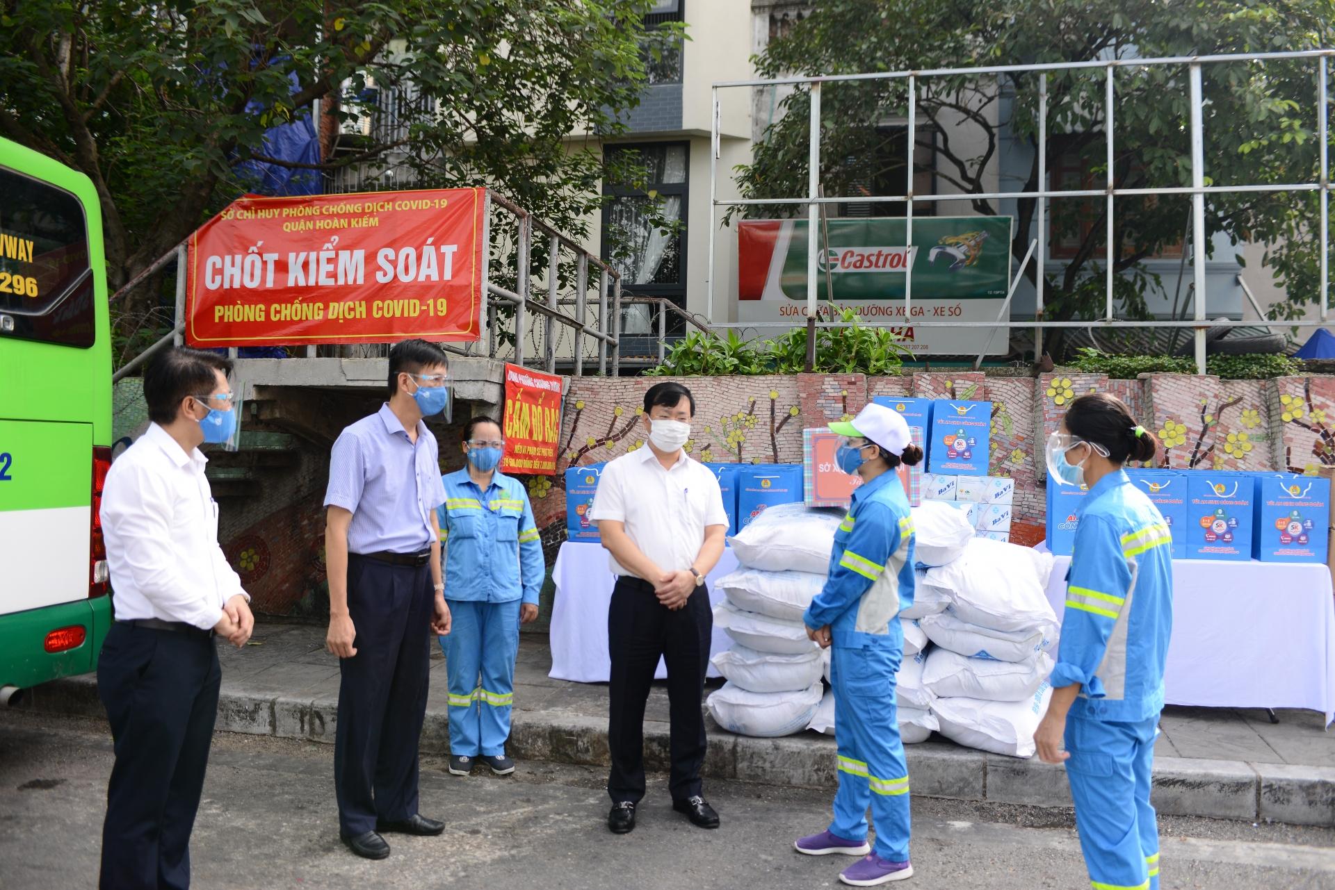 giam doc so xay dung ha noi vo nguyen phong tham hoi tang qua cong nhan to moi truong so 9 phuong chuong duong