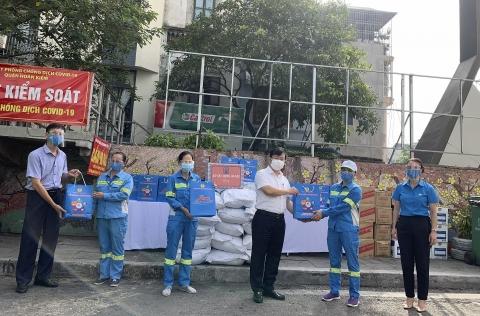 Giám đốc Sở Xây dựng Hà Nội Võ Nguyên Phong thăm hỏi, tặng quà công nhân tổ Môi trường số 9 (Phường Chương Dương)