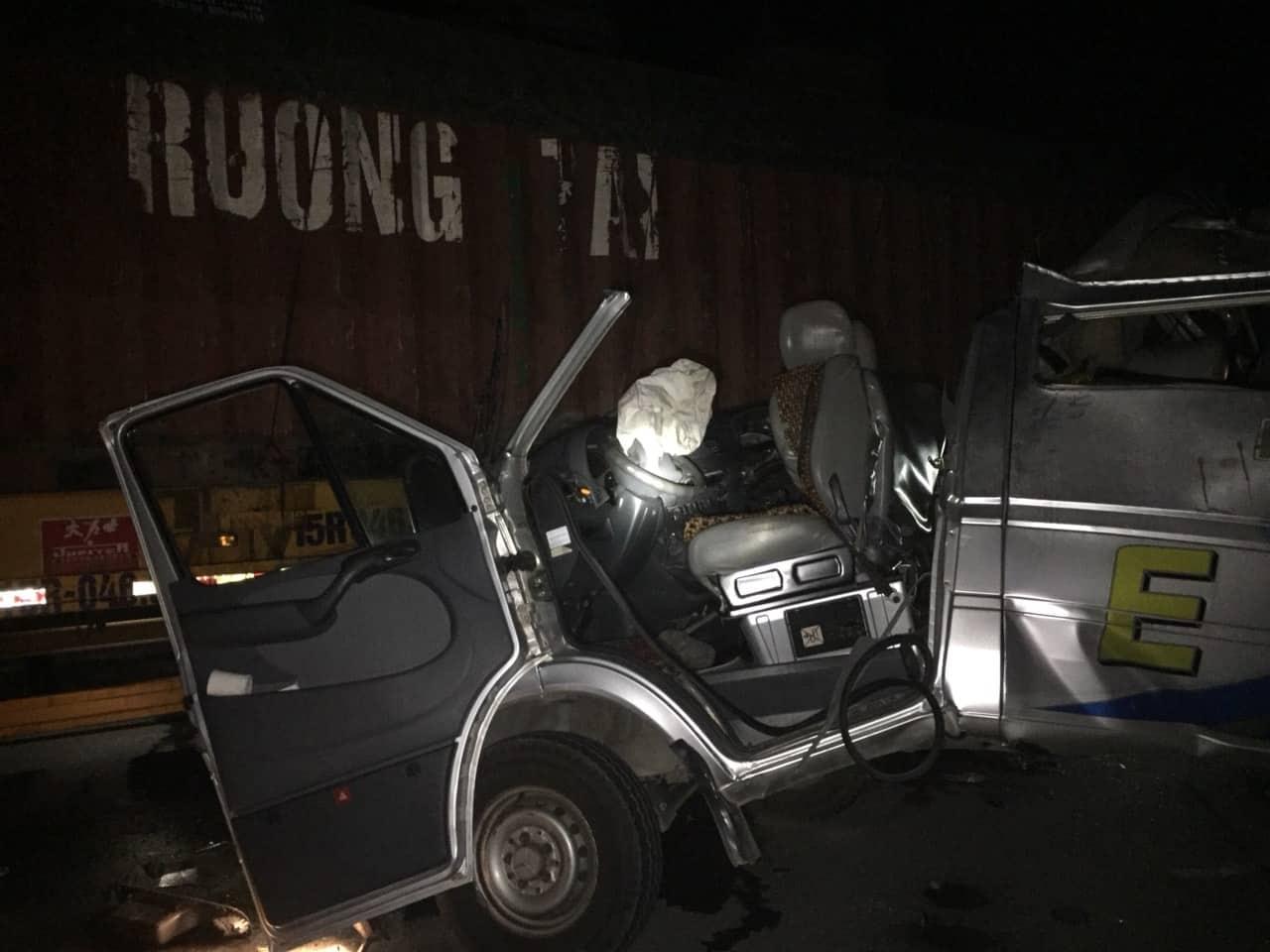 xe khach huc duoi container 16 nguoi nhap vien