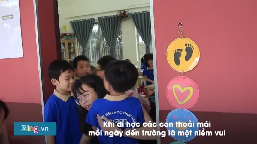 Học sinh Sài Gòn xếp hàng ôm, bắt tay cô giáo mỗi sáng