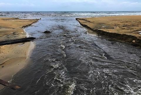 Dòng nước đen ngòm, bốc mùi cuồn cuộn xả thẳng ra biển Đà Nẵng