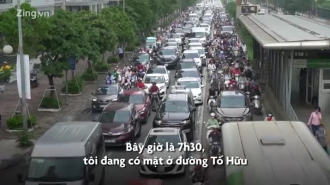 Ôtô giành hết không gian, xe máy leo vỉa hè ở tuyến đường có 40 cao ốc