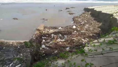 Hàng chục tấn rác phủ kín bờ biển Đà Nẵng sau nhiều ngày mưa lớn